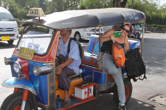 Tuc Tuc, mais caro e desconfortável que o táxi comum. Mas precisa experimentar.