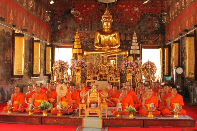 Momento de meditação e mantras dos monges tailandeses.