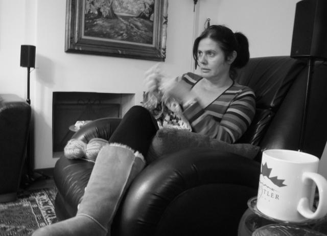 É assim que assisto TV: Com as mãos ocupadas.