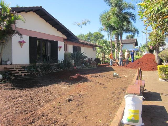 A esta altura, o canteiro embaixo do beiral da casa já havia sido totalmente modificado. Brómélias foram substituídas por cicas e estrelitzas.