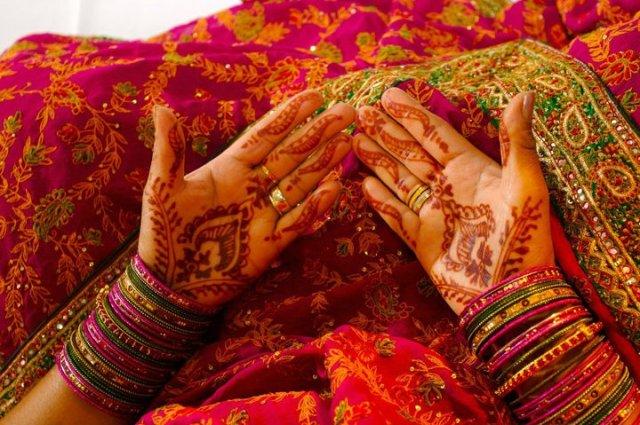 mãos indianas na dia do casamento