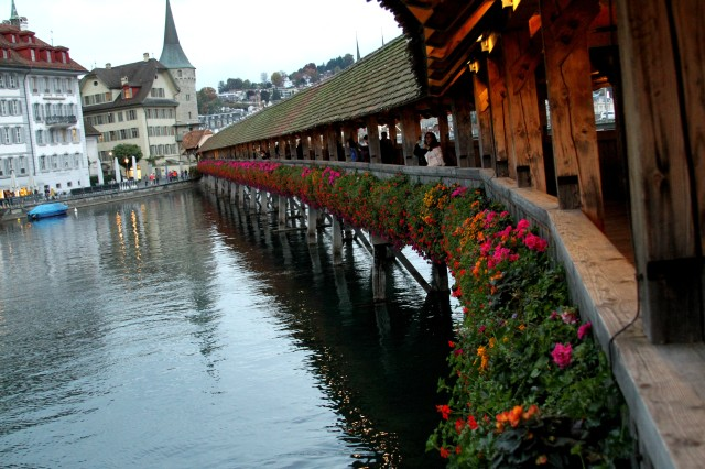A ponte de Luzern. Sempre linda. Sempre florida.
