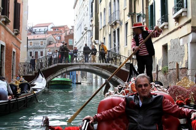 """Gôndola pra lá de Chiquetosa. Nada de """"dai-me um corneto"""". O passeio é ao som de remos e algumas informações sobre a cidade e a vida dos gondoleiros."""