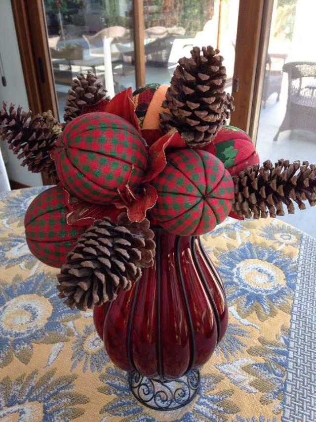 Uma vaso antigo + bolas de tecido + pinhas + arame = bouquet natalino.