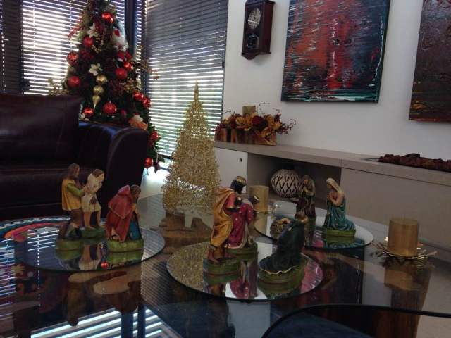 A tão esperada visita. O sagrado do Natal: Jesus/Maria/José. Todo o presépio foi disposto em souplat de espelho (estes repaginados do casamento da Fernanda)